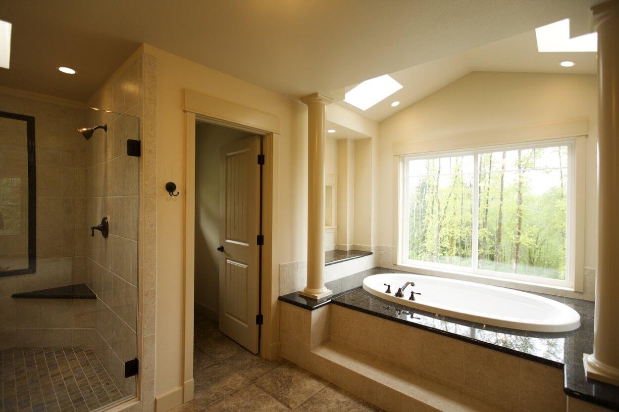 большая ванная с окном фото Дизайн Фото