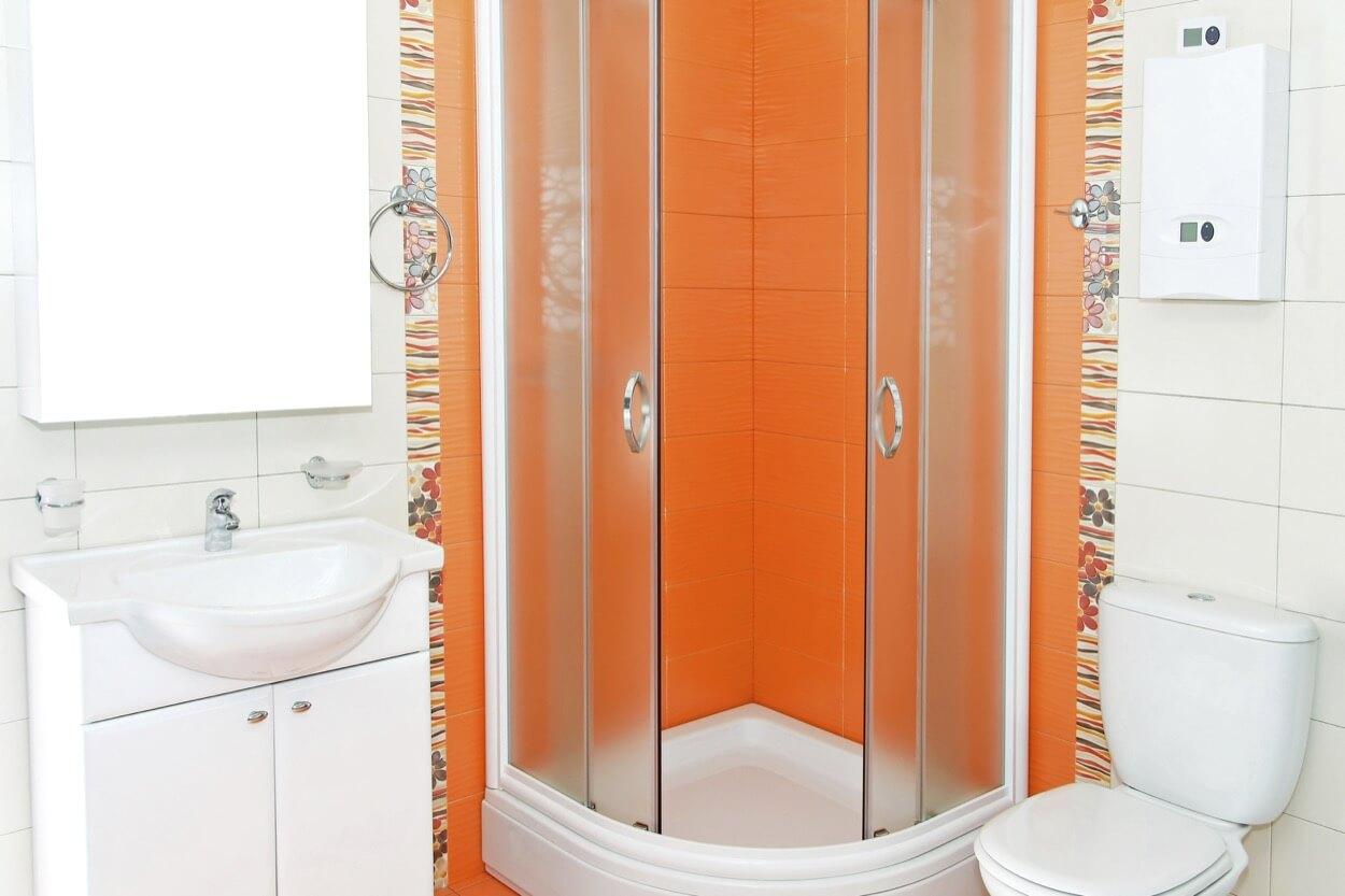 Дизайн ванной комнаты с душевой кабиной и унитазом и ванной